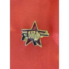 Нагрудный знак кулак с автоматом (фрачник)